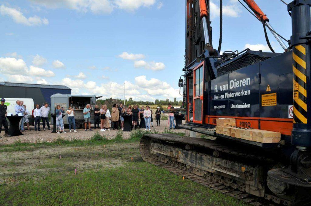 Feestelijke start van de bouw van de nieuwe werkplaats en truckwash op het terrein van Hartman Transport Groep
